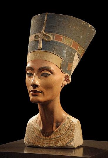 De encontrarse otras cámaras podrían corresponder a la reina Nefertiti.
