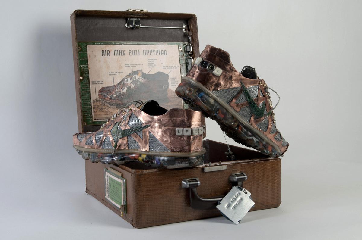 Grabiel Dishaw emula las Nike con basura electrónica.