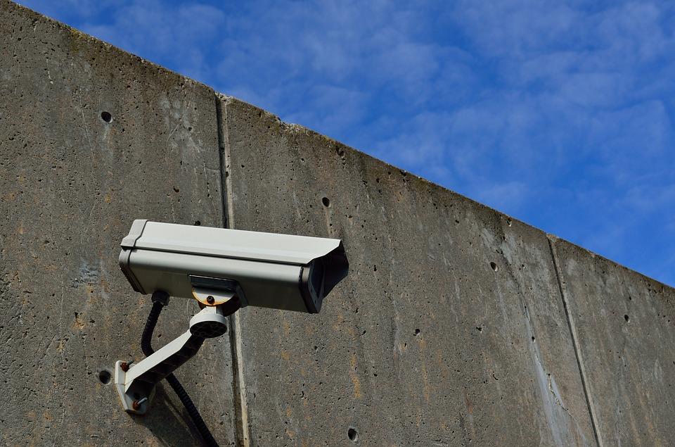 Particulares, comunidades de vecinos recurren a la seguridad privada.