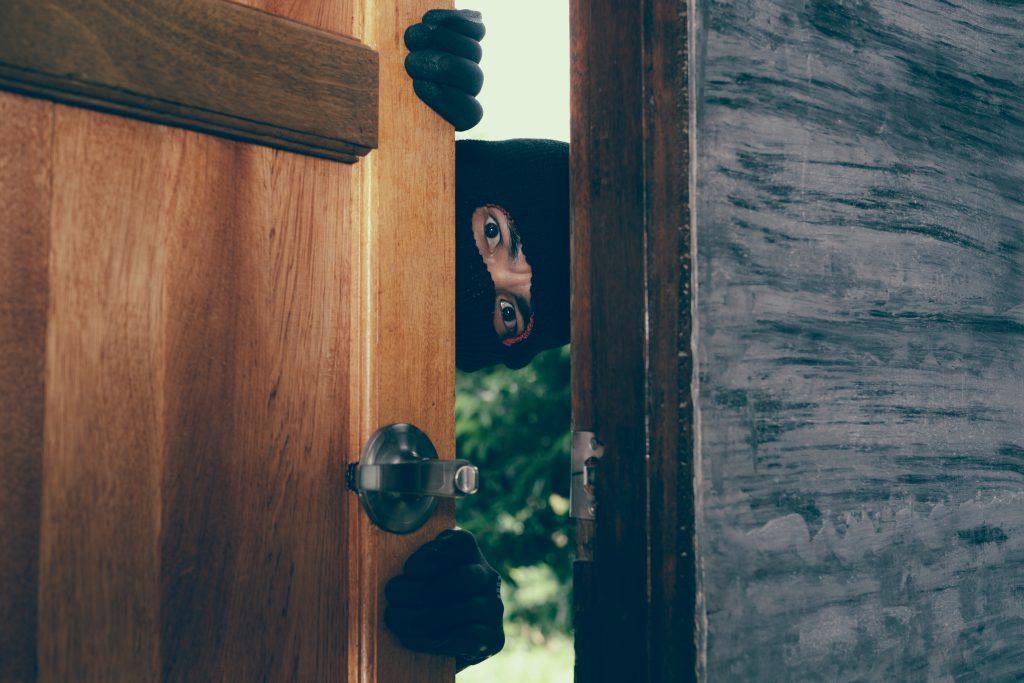 Ladron entrando en una casa